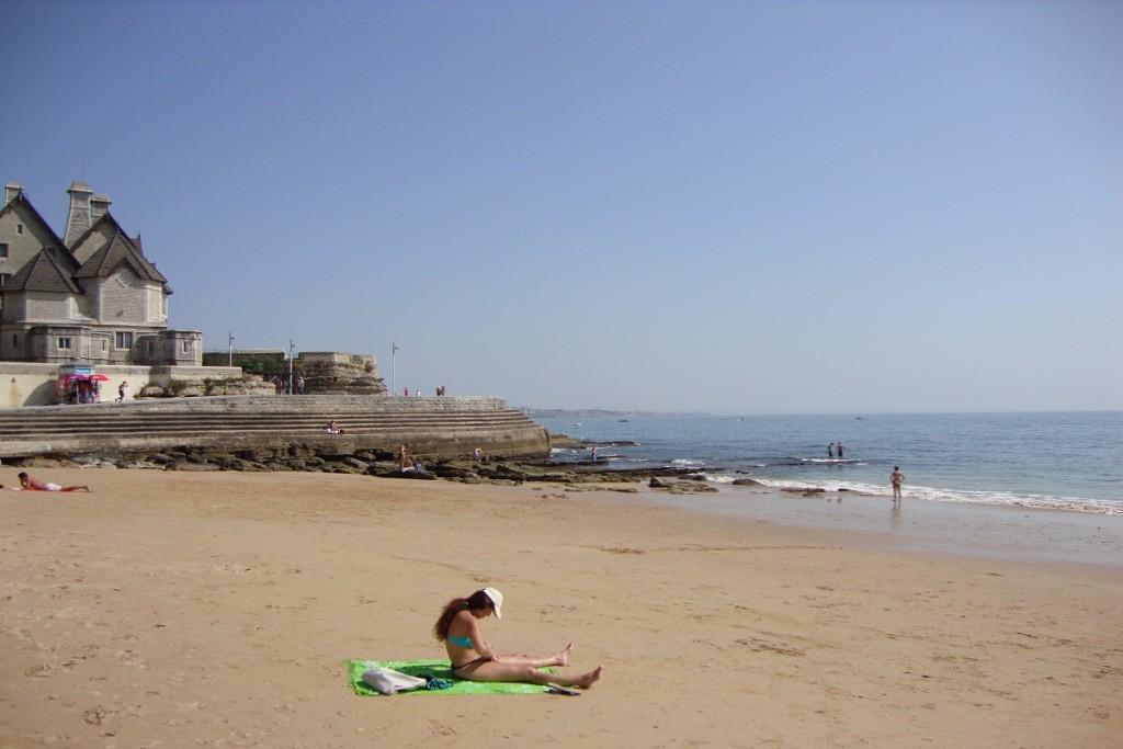 Von Strand in Cascais kommt man auf der betonierten Promenade nach Estoril.